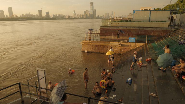 Les habitants de Wuhan nagent dans le fleuve Yangtze
