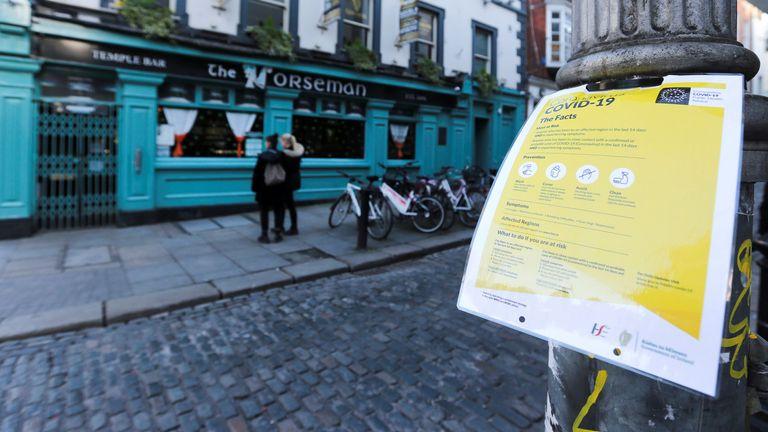 Un avis sur le coronavirus est photographié alors que les portes des bars sont verrouillées dans le quartier de Temple Bar, alors que les bars à travers l'Irlande ferment volontairement pour freiner la propagation du coronavirus, à Dublin, Irlande, le 15 mars 2020. REUTERS / Lorraine O'Sullivan