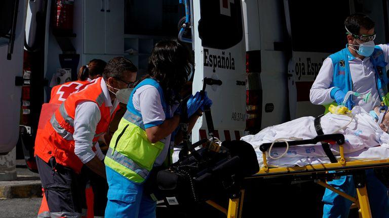 Les équipes d'urgence soignent un patient à Madrid