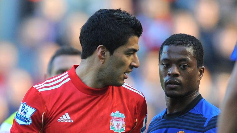 Suarez (à gauche) a reçu une interdiction de huit matches pour l'incident