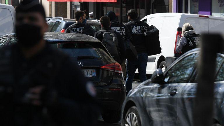 La police fouille près des anciens bureaux du magazine satirique français Charlie Hebdo après des informations faisant état d'une nouvelle attaque.