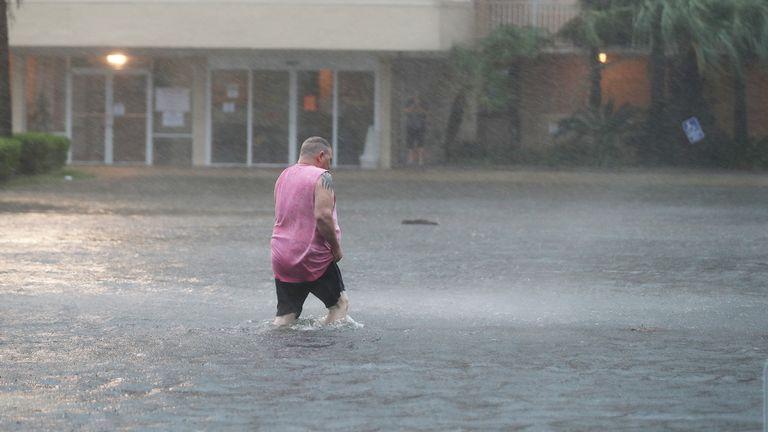 L'ouragan Sally touche la côte sur la côte du golfe du Golfe, ALABAMA - 15 SEPTEMBRE: Un homme marche dans un parking inondé alors que les bandes extérieures de l'ouragan Sally débarquent le 15 septembre 2020 à Gulf Shores, Alabama.  La tempête apporte de fortes pluies, des vents violents et une onde de tempête dangereuse de la Louisiane à la Floride.  (Photo par Joe Raedle / Getty Images)