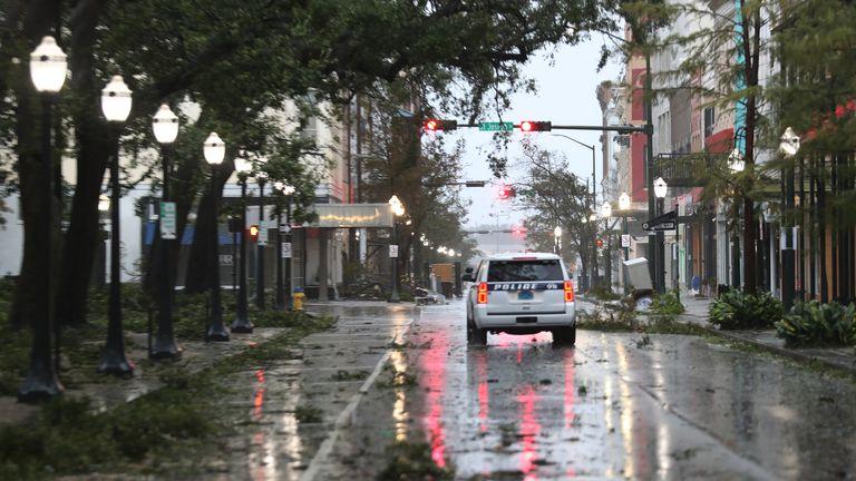 L'ouragan Sally touche la côte du golfe MOBILE, ALABAMA - 16 SEPTEMBRE: Un véhicule de police traverse une rue parsemée de branches d'arbres alors que les vents et la pluie de l'ouragan Sally traversent la région le 16 septembre 2020 à Mobile, Alabama.  M. Hollyhand a évacué de son domicile pour passer la nuit à l'hôtel.  La tempête apporte de fortes pluies, des vents violents et une onde de tempête dangereuse dans la région.  (Photo par Joe Raedle / Getty Images)