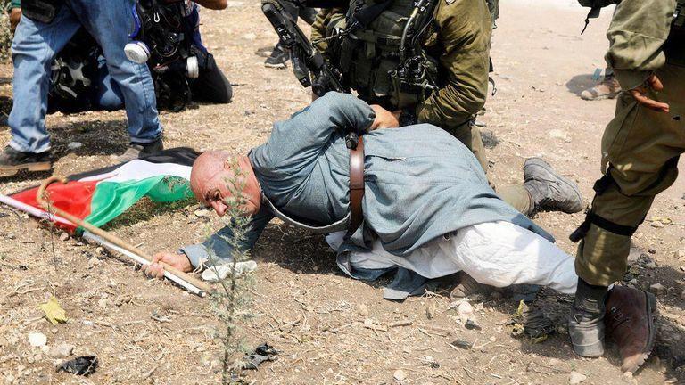 Khairi Hannoun est retenu par un soldat israélien