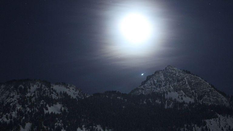 Pic: Jupiter et plusieurs de ses grandes lunes apparaissent au-dessus des montagnes de l'Utah.  Pic: NASA / Bill Dunford