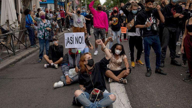 Les manifestants du quartier de Vallecas manifestent contre les mesures