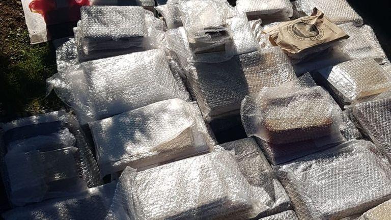 Les livres ont été découverts enterrés sous terre dans une propriété rurale à Neamt, en Roumanie.  Pic: Police rencontrée