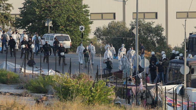 La police bloque une zone où sont hébergés les réfugiés et les migrants du camp détruit de Moria, lors d'une opération de transfert vers un nouveau camp temporaire, sur l'île de Lesbos, Grèce, le 17 septembre 2020. REUTERS / Elias Marcou