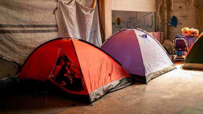 Deux filles sont assises dans leur tente dans un bâtiment abandonné près du camp de Kara Tepe, sur l'île grecque égéenne de Lesbos, le 16 septembre 2020, après que le camp de migrants de Moria a été détruit par un incendie dans la nuit du 8 septembre. - Six jeunes Afghans des hommes dont deux mineurs seront confrontés à un procureur sur l'île grecque de Lesbos le 16 septembre, soupçonnés d'avoir allumé des incendies qui ont détruit le plus grand camp de migrants d'Europe, laissant plus de 12 000 personnes sans abri.  (Photo par ANGELOS TZORTZINIS / AFP) (Photo par ANGELOS TZOR