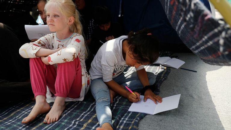 Les enfants sont assis dans une tente sur une route près du nouveau camp temporaire près de Kara Tepe, Mytilène, Grèce.  Photo: Dimitris Tosidis / EPA-EFE / Shutterstock