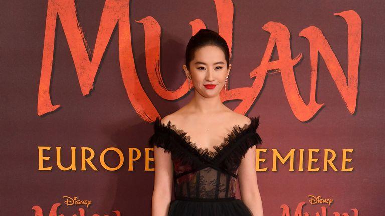 L'actrice de Mulan Liu Yifei a montré son soutien public à la police de Hong Kong