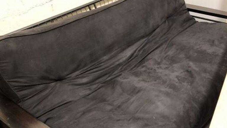 Trois employés des chemins de fer ont été suspendus après avoir fait une `` caverne d'homme '' sous une voie ferrée à New York.  Pic: Inspecteur général MTA