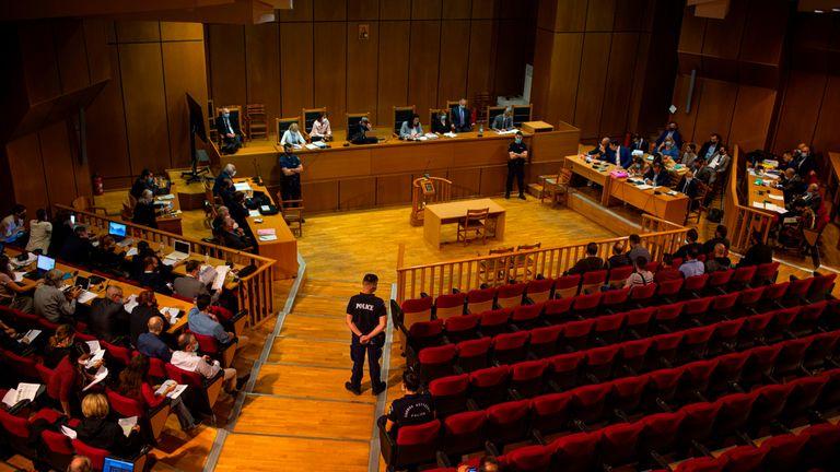 La juge Maria Lepenioti (C) siège à la Cour suprême alors qu'elle annonce le verdict dans le procès de membres présumés du parti néo-nazi Golden Dawn accusés du meurtre du rappeur antifasciste en septembre 2013, à Athènes le 14 octobre 2020. - Un tribunal grec a condamné à 13 ans de prison le chef du groupe néonazi Golden Dawn pour avoir dirigé une organisation criminelle déguisée en parti politique.  Outre Nikos Michaloliakos, le fondateur du parti - qui a écopé d'une année supplémentaire pour possession illégale d'une arme - le tribunal a également condamné cinq anciens membres de son entourage à des peines de prison pour organisation criminelle.  (Photo par ANGELOS TZORTZINIS / AFP) (Photo par ANGELOS TZORTZINIS / AFP via Getty Images)