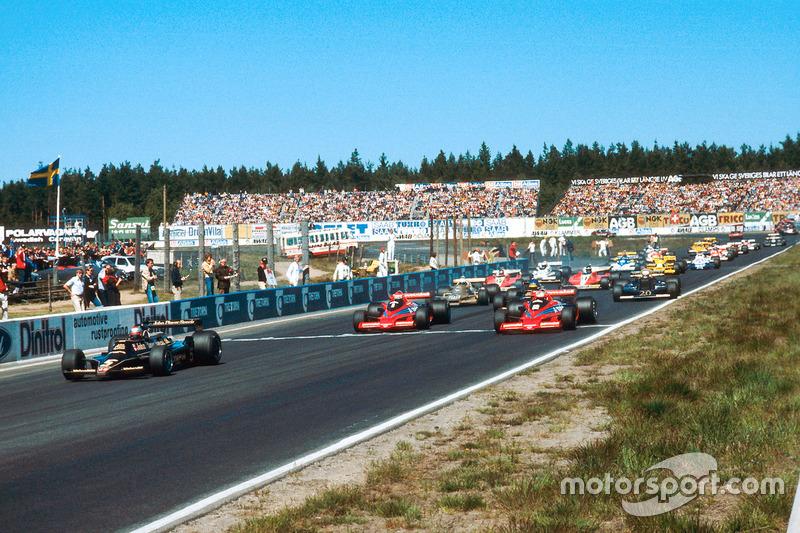 Mario Andretti, Lotus 79 Ford, mène John Watson et Niki Lauda, tous deux Brabham BT46B Alfa Romeos, au départ