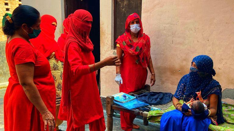 La femme travaille dans leurs communautés locales