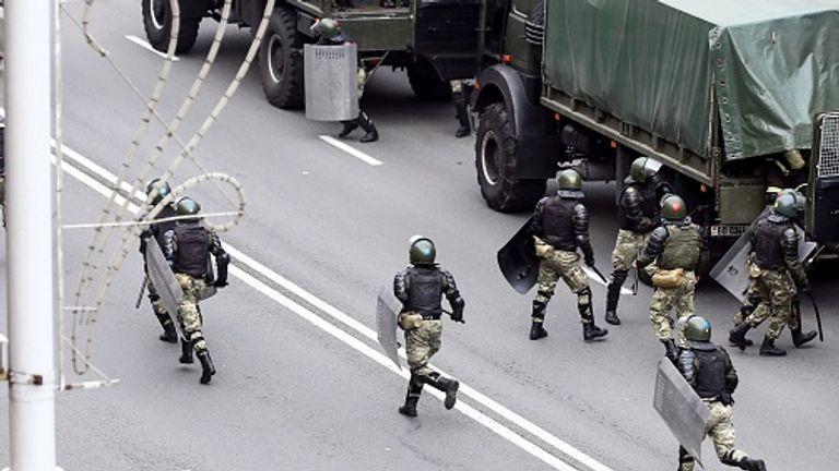 La police court pour bloquer une route alors que les partisans se sont rassemblés dimanche