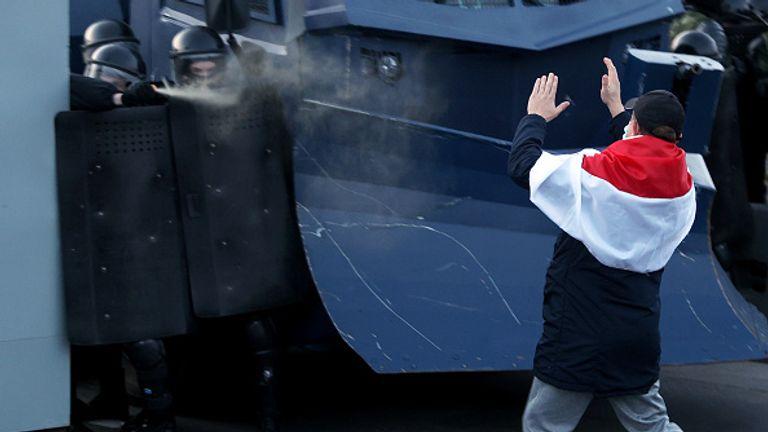 La police a tiré des gaz lacrymogènes sur un manifestant qui s'approchait de leurs lignes