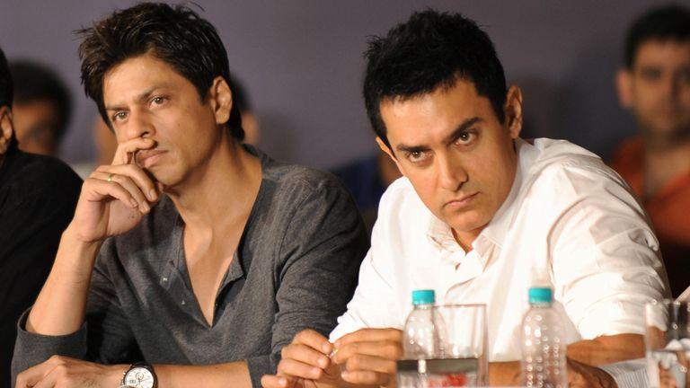 Les acteurs du cinéma bollywoodien indien Shah Rukh Khan (à gauche) et Aamir Khan tiennent une conférence de presse conjointe à Mumbai le 7 avril 2009. Les deux principaux acteurs de Bollywood, Aamir Khan et Shahrukh Khan, ont appelé à une refonte de la distribution des recettes au box-office pour mettre fin à un stand -off entre producteurs et propriétaires de multiplex