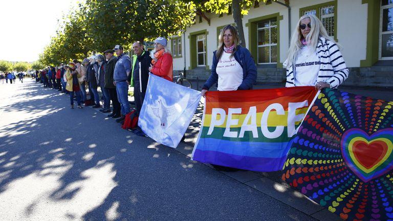 Les manifestants pour la paix ont formé une chaîne alors que des groupes d'extrême droite marchaient