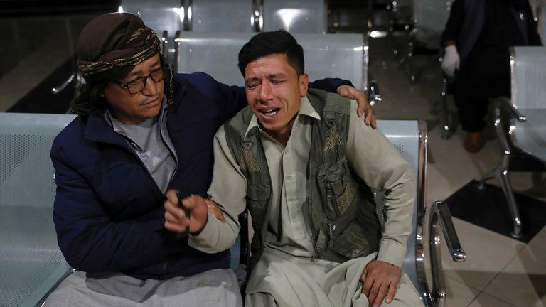 Un Afghan qui a perdu son frère pleure dans un hôpital après un attentat suicide à Kaboul, en Afghanistan, le 24 octobre 2020.REUTERS / Mohammad Ismail