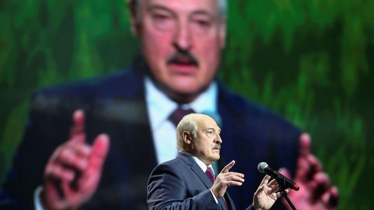 PHOTO DE DOSSIER: Le président biélorusse Alexander Lukashenko prend la parole au forum de l'Union des femmes à Minsk, en Biélorussie, le 17 septembre 2020. Tut.Par via REUTERS ATTENTION RÉDACTEURS - CETTE IMAGE A ÉTÉ FOURNIE PAR UN TIERS.  CRÉDIT OBLIGATOIRE / Photo de dossier