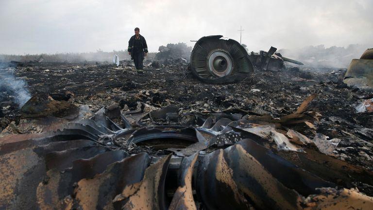 Un membre du ministère des Urgences marche sur le site d'un accident d'avion Boeing 777 de Malaysia Airlines près de l'implantation de Grabovo dans la région de Donetsk, le 17 juillet 2014