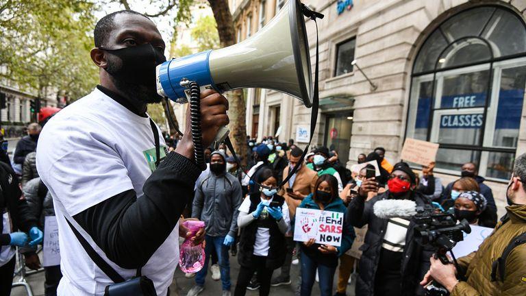 Des manifestants contre le SRAS à Londres le 11 octobre