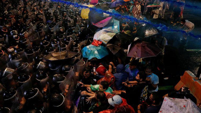 De l'eau avec du gaz lacrymogène tiré d'un canon à eau survole les manifestants lors d'une manifestation antigouvernementale, à Bangkok, Thaïlande, le 16 octobre 2020. REUTERS / Jorge Silva