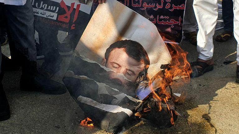 Des manifestants brûlent un portrait du président français Emmanuel Macron à Tripoli