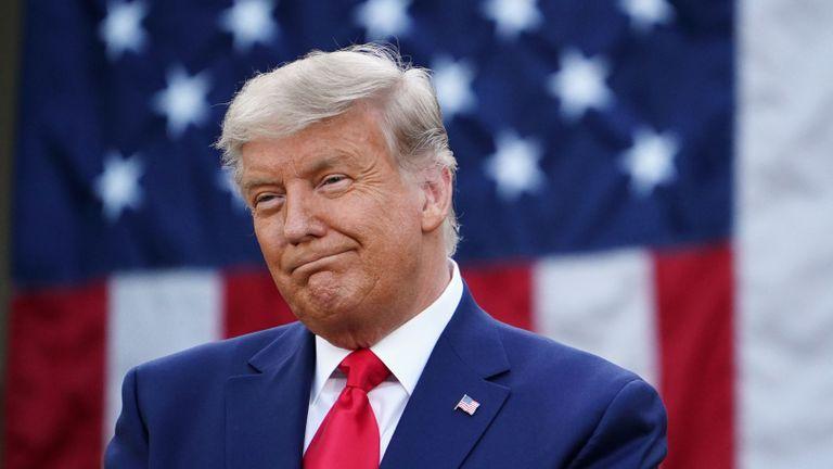 Le président américain Donald Trump regarde après avoir fait le point sur