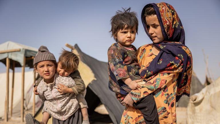 Shogofa (à droite) avec sa jeune sœur Fatima dans une colonie près de Mazar-e Sharif, en Afghanistan.  Pic: Jim Huylebroek / Save The Children
