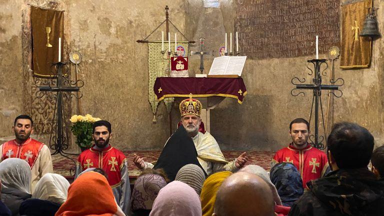 L'évêque Hovhannes Hovhannisyan préside la messe à l'église cathédrale de Dadivank