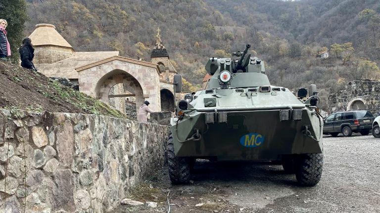 Un char russe se trouve dans la cour du monastère de Dadivank