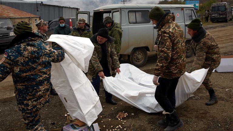 Des militaires arméniens récupèrent les corps de soldats tués en combattant pour l'Azerbaïdjan sur la route où les derniers jours de bataille s'étaient déroulés entre les deux armées, le 13 novembre 2020 à Stepanakert, Azerbaïdjan