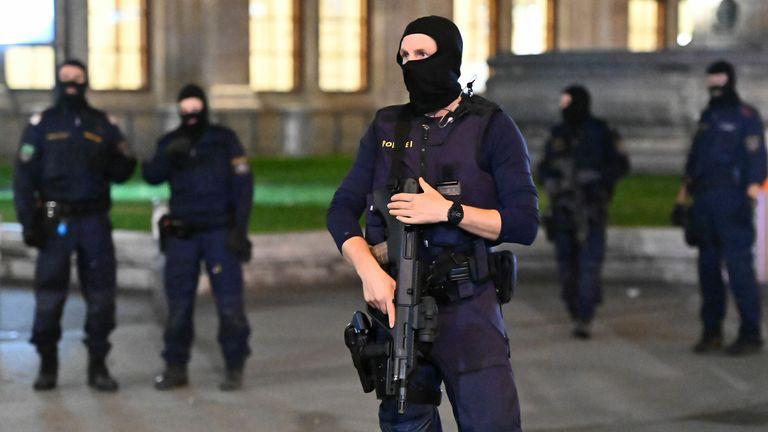 Des policiers armés montent la garde devant l'opéra d'État dans le centre de Vienne le 2 novembre 2020, à la suite d'une fusillade.  - Deux personnes, dont un agresseur, ont été tuées dans une fusillade dans le centre de Vienne, a annoncé la police fin le 2 novembre 2020. La police de Vienne a déclaré dans un message Twitter qu'il y avait eu