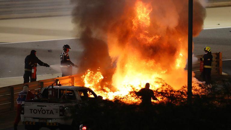 BAHREÏN, BAHREÏN - 29 NOVEMBRE: Un incendie est photographié après le crash de Romain Grosjean de France et de Haas F1 lors du Grand Prix F1 de Bahreïn sur le circuit international de Bahreïn le 29 novembre 2020 à Bahreïn, Bahreïn.  (Photo par Bryn Lennon / Getty Images)