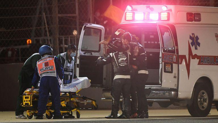BAHREIN, BAHREIN - 29 NOVEMBRE: Romain Grosjean de France et Haas F1 est photographié en train d'être aidé dans une ambulance après un accident lors du Grand Prix F1 de Bahreïn sur le circuit international de Bahreïn le 29 novembre 2020 à Bahreïn, Bahreïn.  (Photo par Rudy Carezzevoli / Getty Images)