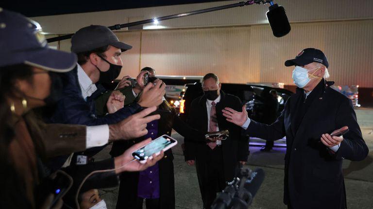 Joe Biden s'entretient avec des journalistes du Michigan portant deux masques faciaux