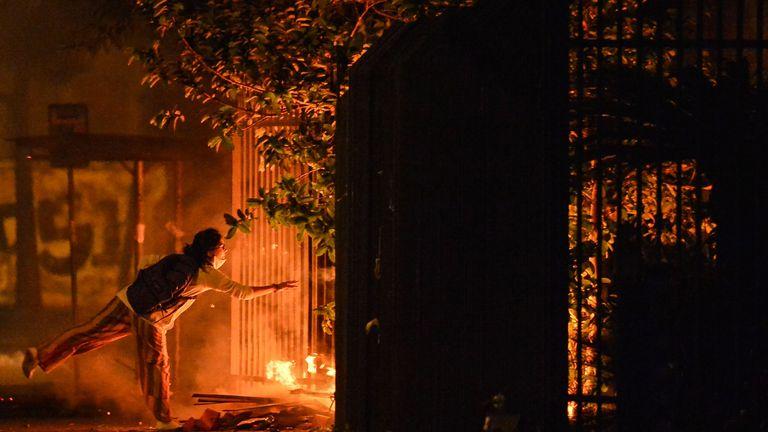 Des manifestants ont allumé un incendie lors d'une manifestation à l'entrée d'un supermarché Carrefour où Joao Alberto Silveira Freitas a été battu à mort, à Porto Alegre, Rio Grande do Sul, Brésil, le 20 novembre 2020