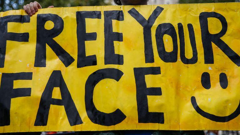 Londres, ANGLETERRE - 10 OCTOBRE: Un manifestant anti-masque tient une pancarte lors d'un rassemblement devant Downing Street le 10 octobre 2020 à Londres, en Angleterre.  Les manifestants se sont rassemblés contre les mesures COVID-19 un jour après que le maire de Londres, Sadiq Khan, a annoncé de nouvelles restrictions `` inévitables ''.  Annonce de l'agence de santé de l'Organisation mondiale de la santé (OMS)