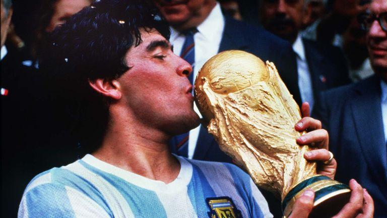 Diego Maradona embrasse la Coupe du monde après que l'Argentine ait battu l'Allemagne de l'Ouest en 1986