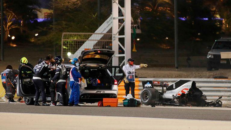 TOPSHOT - La voiture du pilote français Romain Grosjean de Haas F1 brûle après s'être écrasée lors du Grand Prix de Formule 1 de Bahreïn sur le circuit international de Bahreïn dans la ville de Sakhir le 29 novembre 2020 (photo de KAMRAN JEBREILI / POOL / AFP) (photo de KAMRAN JEBREILI) / POOL / AFP via Getty Images)