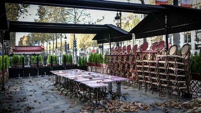 Les Champs-Élysées sont en grande partie déserts car les restaurants et les cafés du pays sont fermés