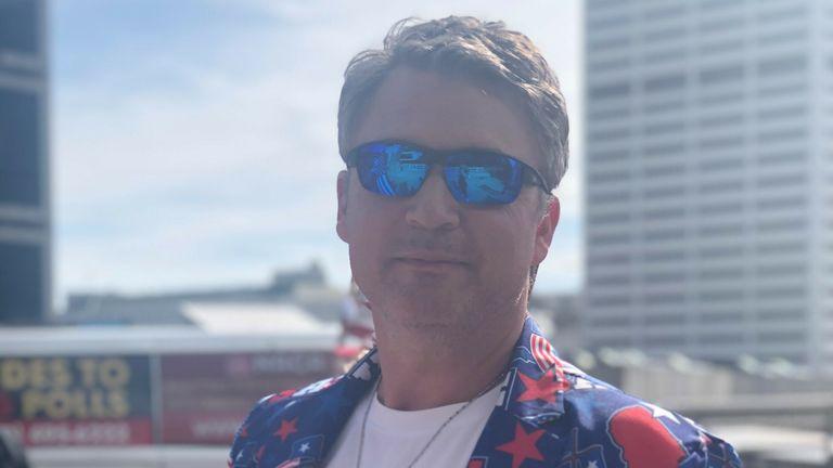Tom, 52 ans, travaille comme pilote et est sorti pour protester en Géorgie