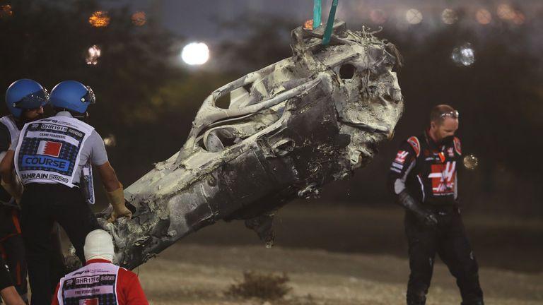 L'épave de la voiture du pilote français de Haas F1, Romain Grosjean, est enlevée lors du Grand Prix de Formule 1 de Bahreïn sur le circuit international de Bahreïn dans la ville de Sakhir le 29 novembre 2020 (photo de HAMAD I MOHAMMED / POOL / AFP) (photo de HAMAD I MOHAMMED / POOL / AFP via Getty Images)