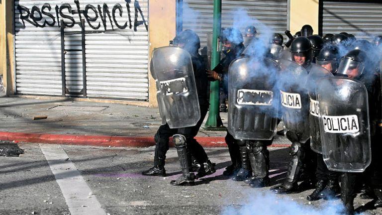 La police anti-émeute a tiré des gaz lacrymogènes alors qu'ils affrontaient des manifestants