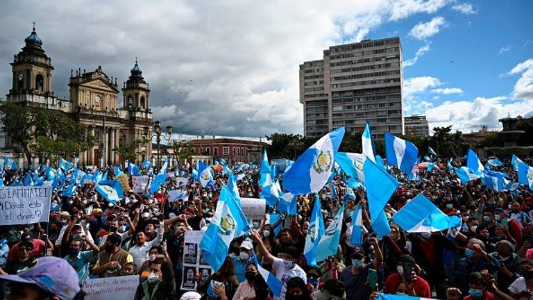 Des milliers de personnes se sont rassemblées paisiblement devant le Palais National de la capitale