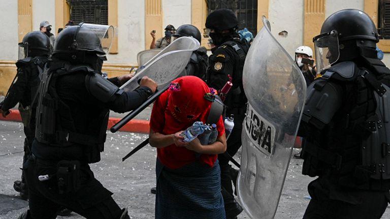 La police anti-émeute semble attaquer un manifestant à Guatemala City