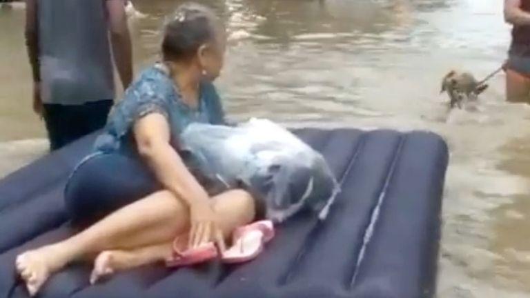 Une femme est évacuée sur un radeau au milieu des eaux de crue causées par l'ouragan Iota à Carthagène, en Colombie.  Photo: Luis Guillermo Ferrebus / via Reuters