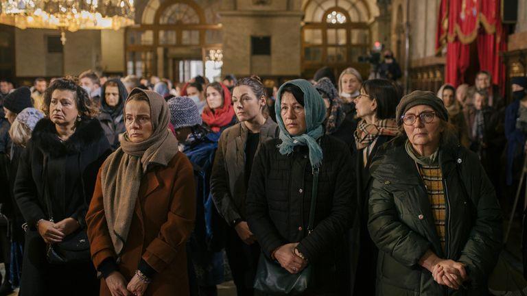 Des croyants orthodoxes assistent à la liturgie du défunt patriarche serbe Irinej lors de ses funérailles